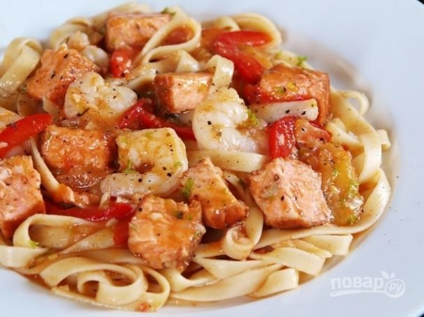 Макароны с острыми креветками и лососем