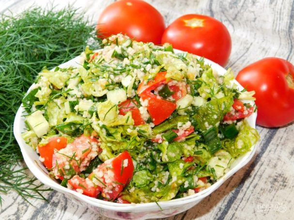 Салат с кускусом, помидорами и зеленью
