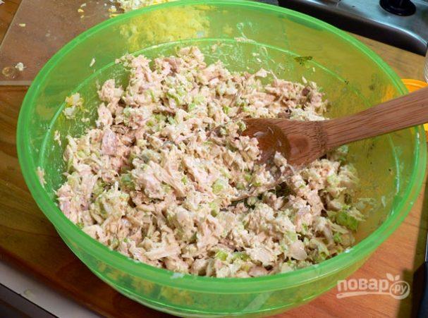 Салат из куриной грудки и сельдерея