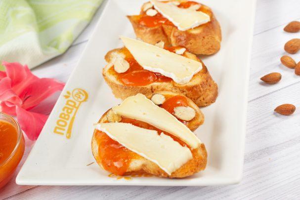Брускетта с абрикосом, миндалем и сыром