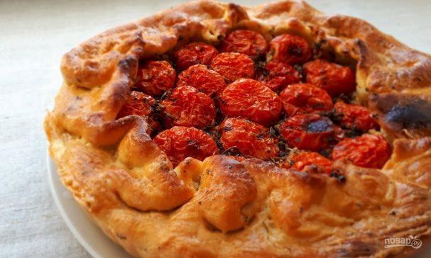 Открытый пирог с мясом, грибами и помидорами