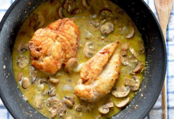 Жареная куриная грудка в грибном соусе