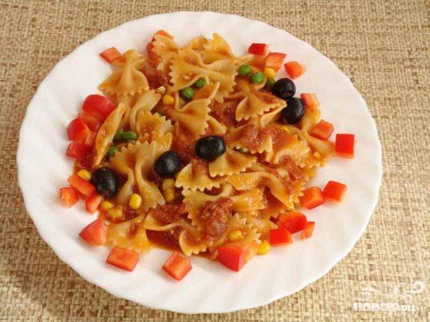 Салат с пастой, горошком и салями