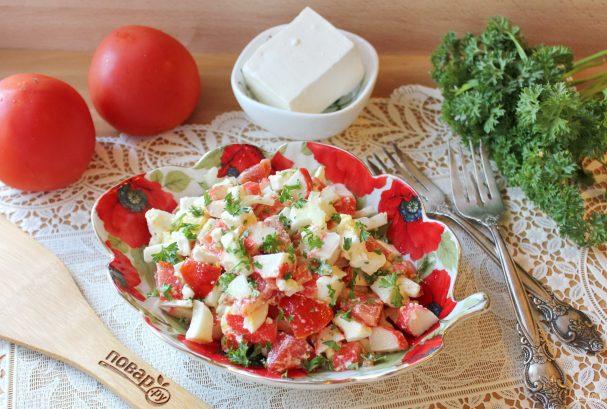 Салат с крабовыми палочками и брынзой