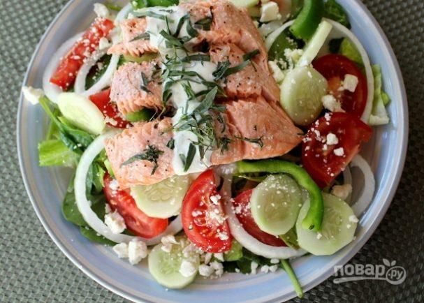 """Салат """"Греческий"""" с рыбой и йогуртовой заправкой"""