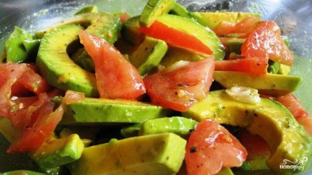 Острый салат с авокадо и помидорами