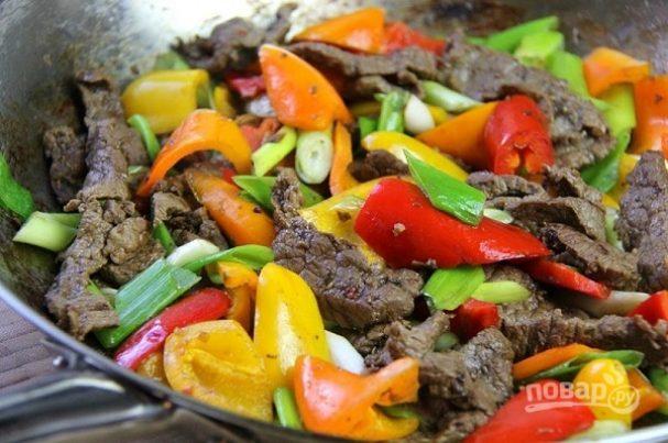 Жареная с овощами говядина