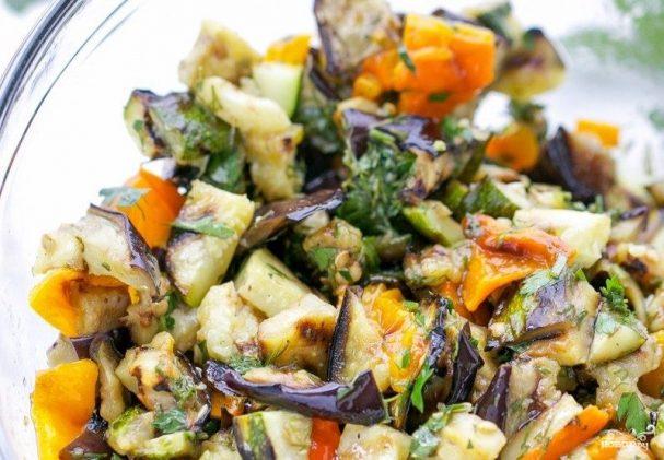 Салат из печеных баклажанов и перцев