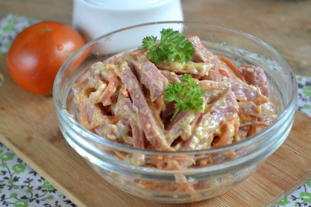 Салат с морковкой и колбасой
