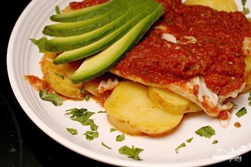 Запеченная рыба с картофелем и томатным соусом