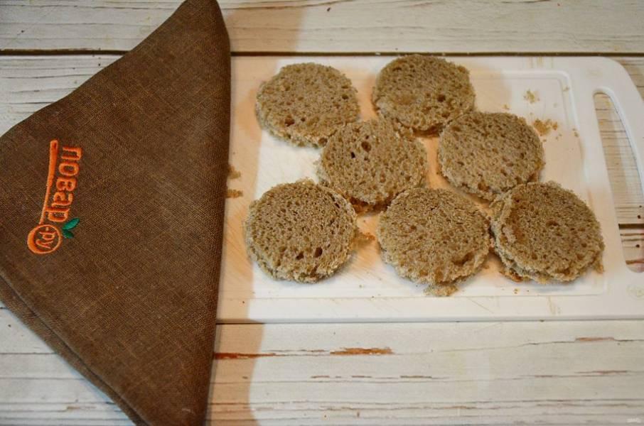 1. Из ломтиков хлеба вырежьте круги с помощью стакана.