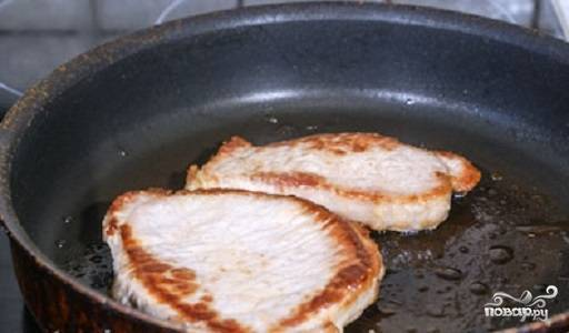 Мясо разрежьте на 4 куска. Слегка отбейте. Вылейте растительное масло на сковородку, разогрейте ее. Обжарьте отбивные с двух сторон в течении 20 минут. Снимите мясо с огня. После этого посолите и поперчите мясо на свой вкус.