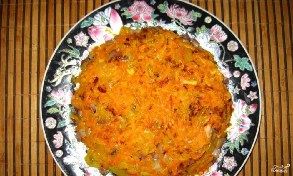3. Дальше выкладываем слой моркови и лука. Промажем майонезом.