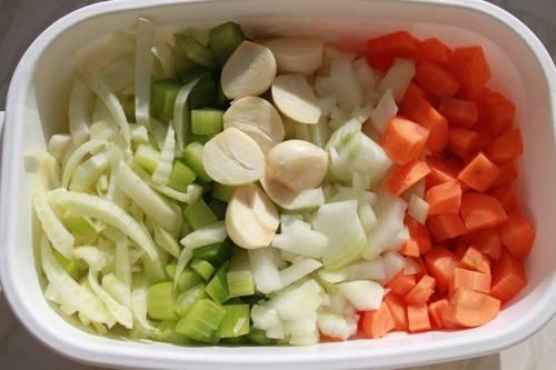 Далее чистим  репчатый лук, морковь и чеснок, промываем все овощи под проточной водой и нарезаем их небольшими кубиками, чеснок режем пластинками.