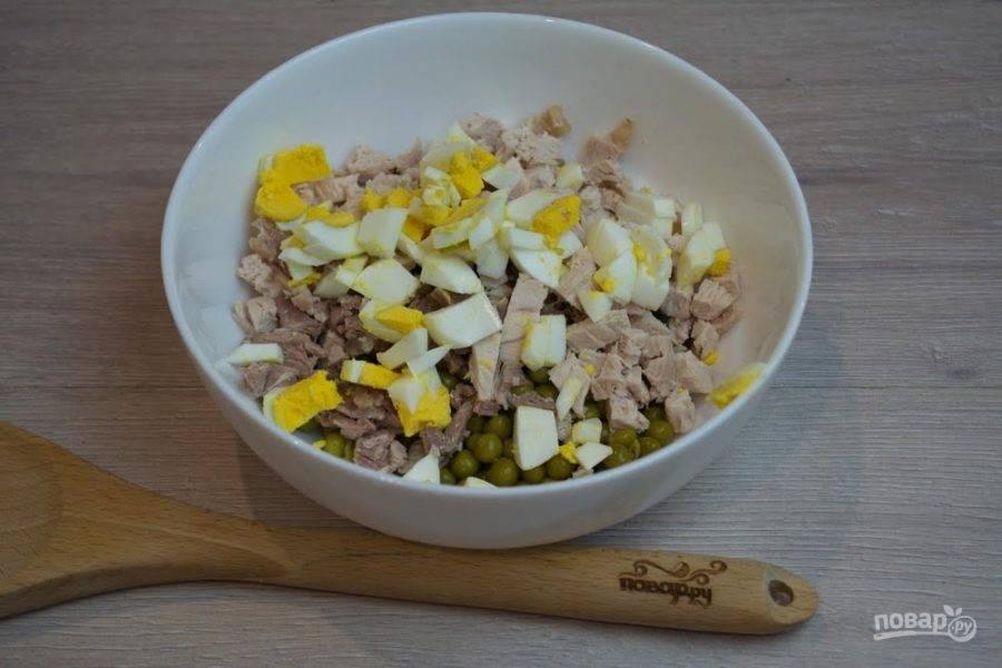 3.  Отварные куриные яйца очистить и нарезать на небольшие кубики.