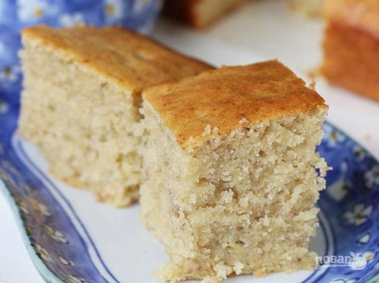 9.Переложите пирог на тарелку и полностью остудите, а затем уже нарезайте его и подавайте.