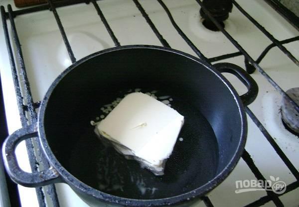 2. На плите растопите сливочное масло и влейте воду.