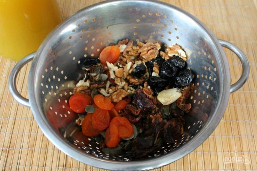 Сухофрукты, орехи, имбирь и семечки перекладываем в сито и промываем кипятком.