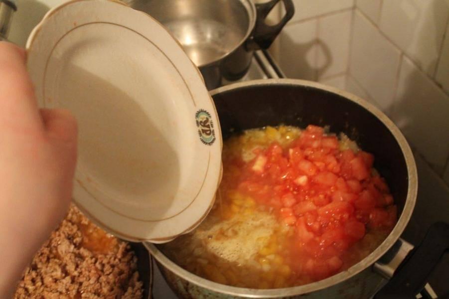 В кастрюлю через 8 минут добавляем бульон, вино и нарезанные помидоры. Тушим 3 минуты.