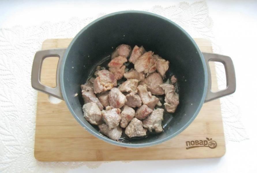 Налейте подсолнечное масло и обжарьте мясо до легкой золотистой корочки.