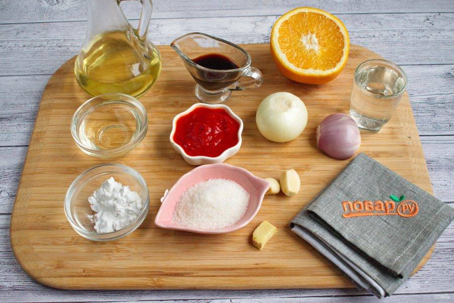 1.     Подготовьте необходимые продукты. Лук, чеснок, имбирь очистите.