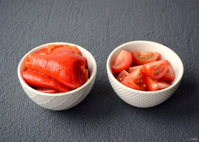 Снимите кожицу с перцев, уберите хвостики и семена внутри. Помидор нарежьте на крупные ломтики.