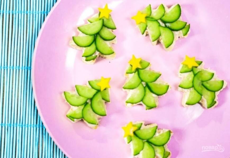 3.  Сверху выложите вырезанные из плавленного сыра звездочки. Можете добавить немного мелко нарезанной зелени в качестве украшения. Приятного аппетита!