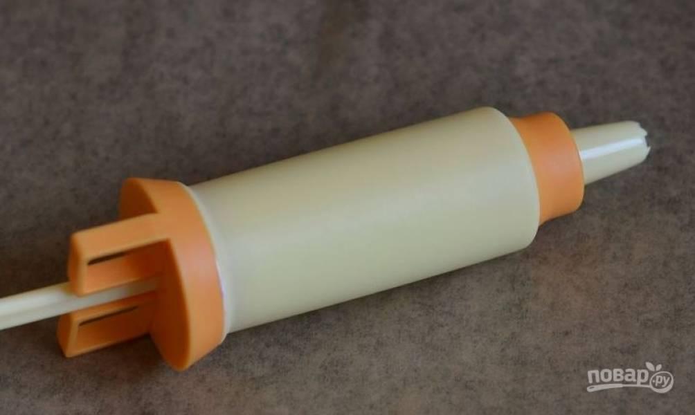 Поместите белковую массу в кондитерский шприц. Насадку вы можете выбрать по своему усмотрению. Если шприца нет, то воспользуйтесь кулинарным мешком или обычным пакетом, срезав с него уголок.