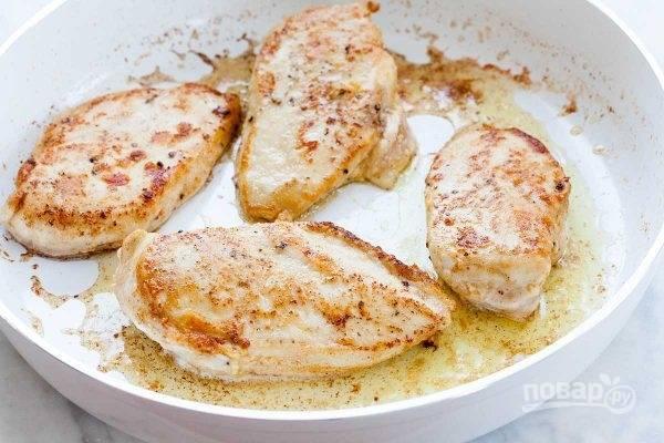 Растопите оба вида масла и обжарьте курицу по 3 минутки на каждой стороне. Тем временем духовку разогрейте до 180 градусов.