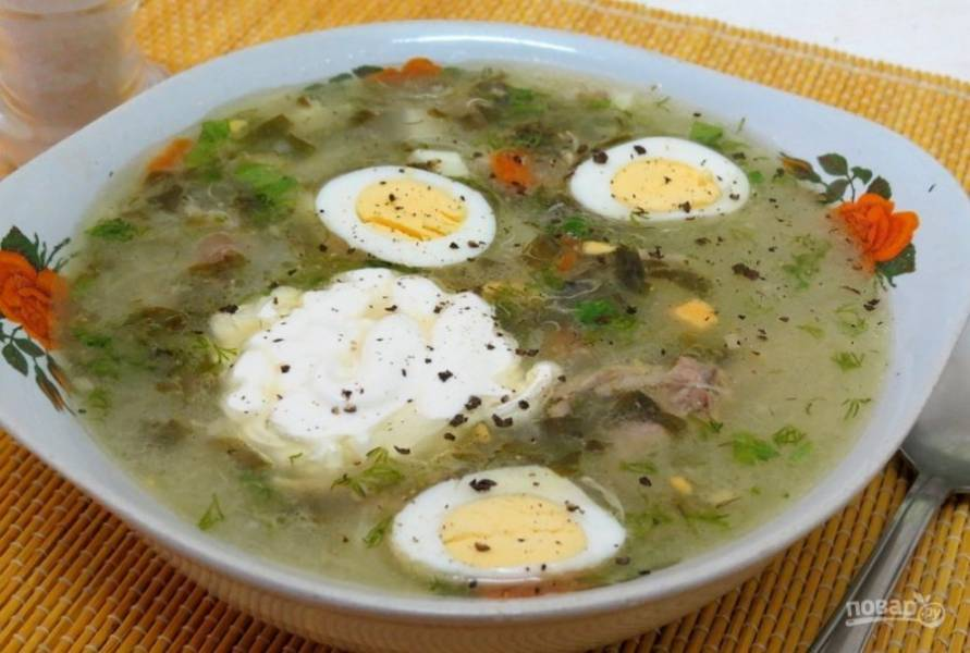 В порции готового блюда выложите зелень и половинки яиц. Приятного аппетита!