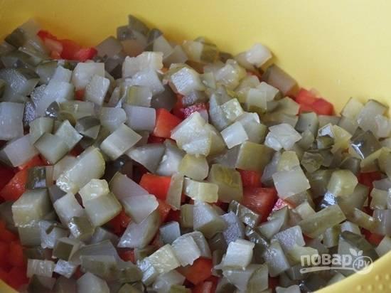 Соленые или маринованные огурчики нарезаем кубиками.