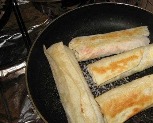 Шаурму обжариваем со всех сторон на сковороде, без масла.