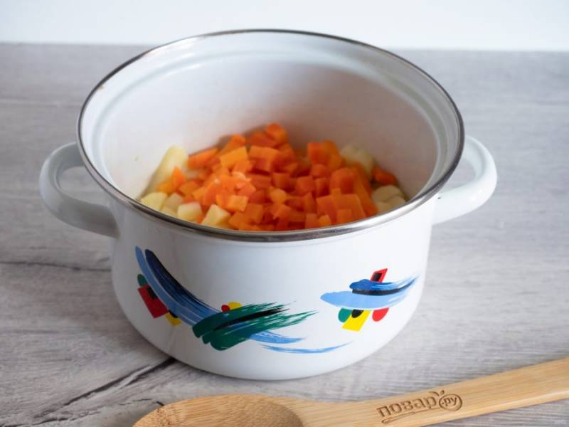Картофель и морковь очистите , нарежьте небольшими кубиками.