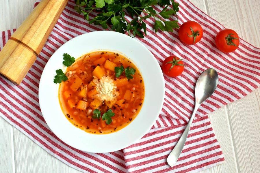 Подавайте суп горячим, посыпав тертым пармезаном и украсив свежей петрушкой.
