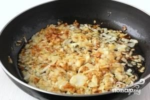 Лук чистим, нарезаем и обжариваем на растительном масле до золотистого цвета.