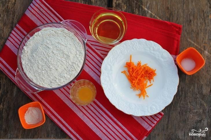 Апельсин хорошо промойте. Снимите с него цедру, а из 1/3 мякоти выжмите сок.
