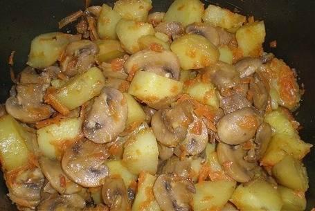 4. Через 30 минут необходимо тщательно перемешать и тушить до готовности еще 20-30 минут (в зависимости от размера картофеля и грибов). Также при желании можно добавить томатный соус или сметану.