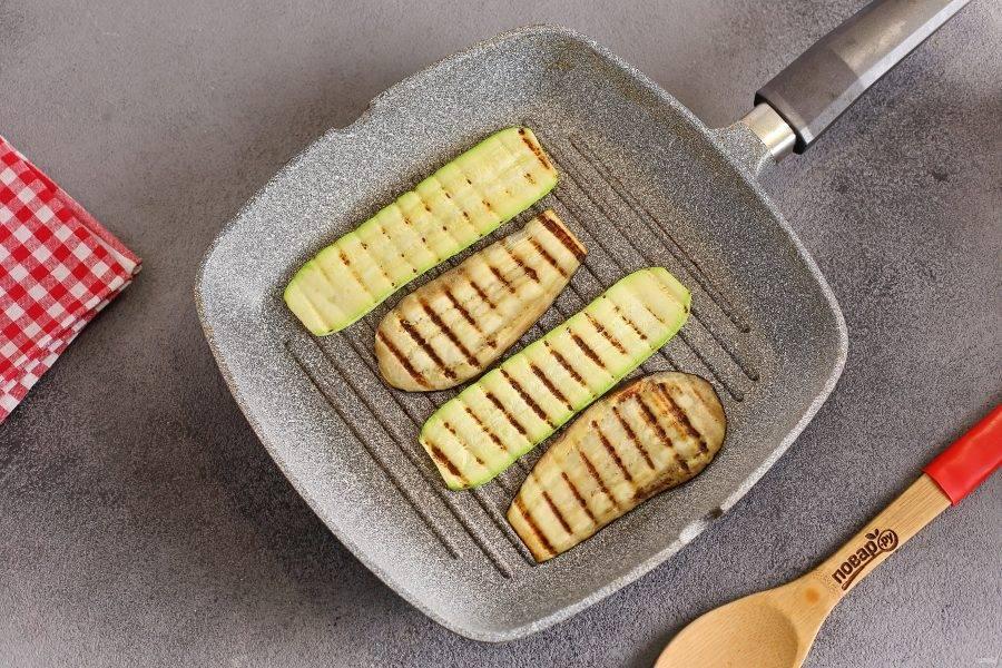Овощи нарежьте тонкими полосками, смажьте маслом и обжарьте на сковороде гриль (можно запечь в духовке). До готовности не доводим. Задача — сделать овощи мягкими и пластичными.