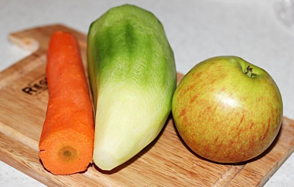 Морковь, редьку и яблоко промойте и очистите от кожуры.