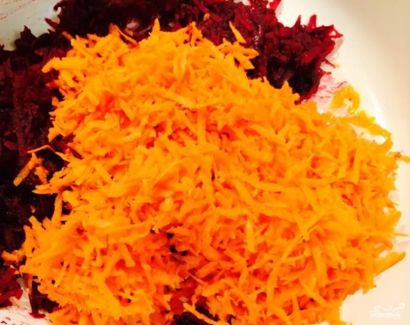 2.Для поджарки чистим и моем, свеклу, морковь и лук. Свеклу и морковь измельчаем на терке, а лук нарезам маленьким кубиком. На сковороду добавляем немного подсолнечного масла и обжариваем все овощи, добавляем томатную пасту, лавровый лист соль и перец, рубленный чеснок, перемешиваем и готовим 5-10 минут.