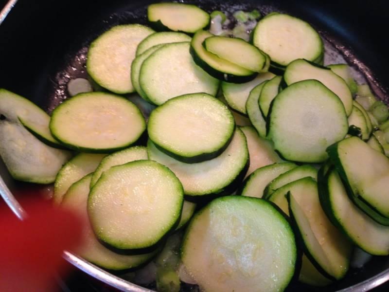 Разогреваем на сковороде масло и, помешивая, обжариваем кабачки до готовности.