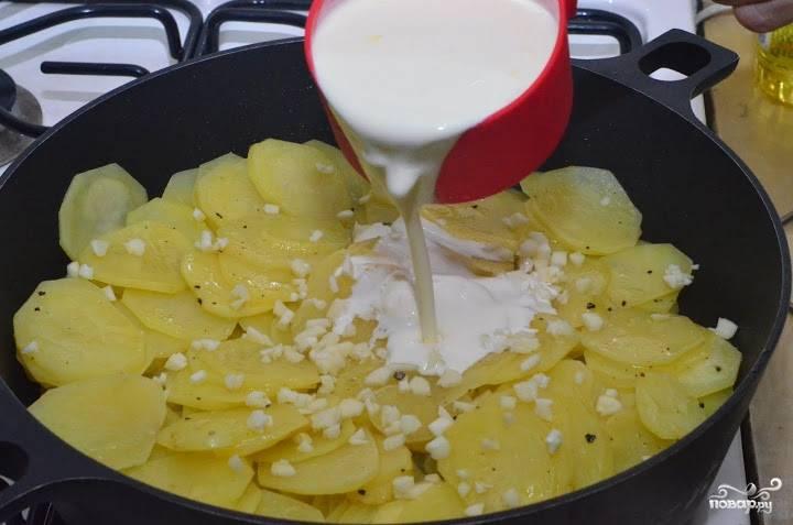 Чеснок почистите, измельчите. Добавьте его к картофелю вместе со сливками. Убавьте огонь и тушите 5 минут.