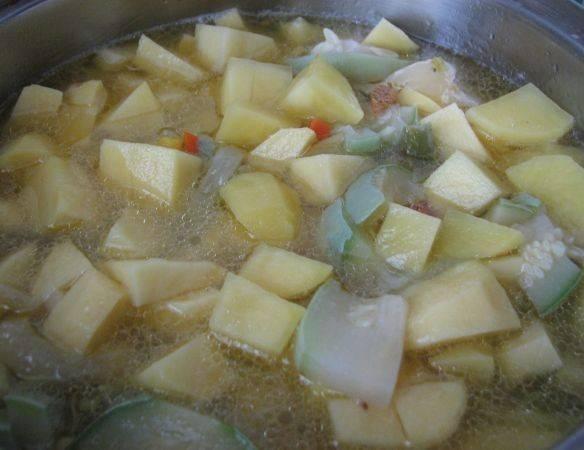 Вслед кабачкам отправляем очищенный и нарезанный небольшими кубиками картофель. Добавляем стакан-полтора воды, солим и перчим.
