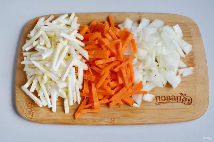 Пока варится мясо и фасоль, нужно подготовить остальные овощи. Очистите лук, морковь и сельдерей. Вымойте. Нарежьте кубиками лук, а морковь и сельдерей -  соломкой.