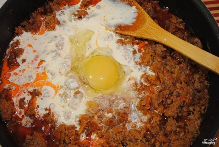 Лук мелко нарежьте, а морковь очистите и натрите на крупной тёрке. На сковороде разогрейте немного растительного масла, выложите туда фарш, лук, морковь и обжарьте. Добавьте в фарш немного соли. Затем к фаршу добавьте яйцо и сливки, быстро перемешайте.
