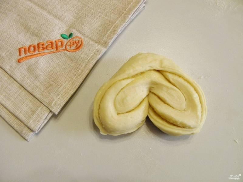 Разверните тесто так, чтобы получилось сердечко или бантик.