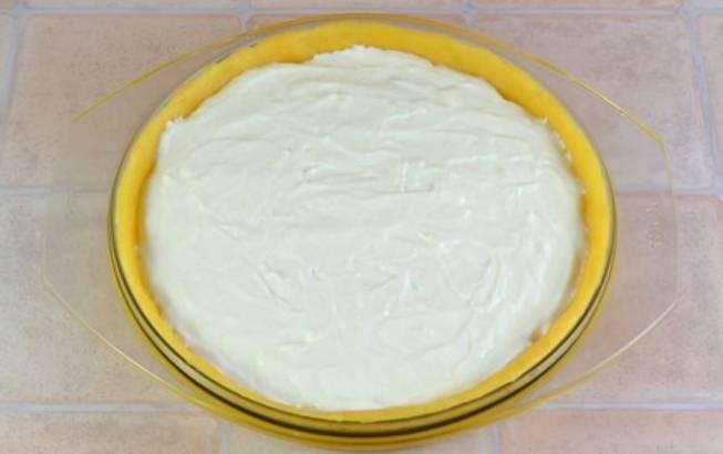 На вишню выкладываем творожно-белковый крем. Разравниваем крем по поверхности. Отправляем пирог в духовку на 50 минут. Температура 180 градусов.