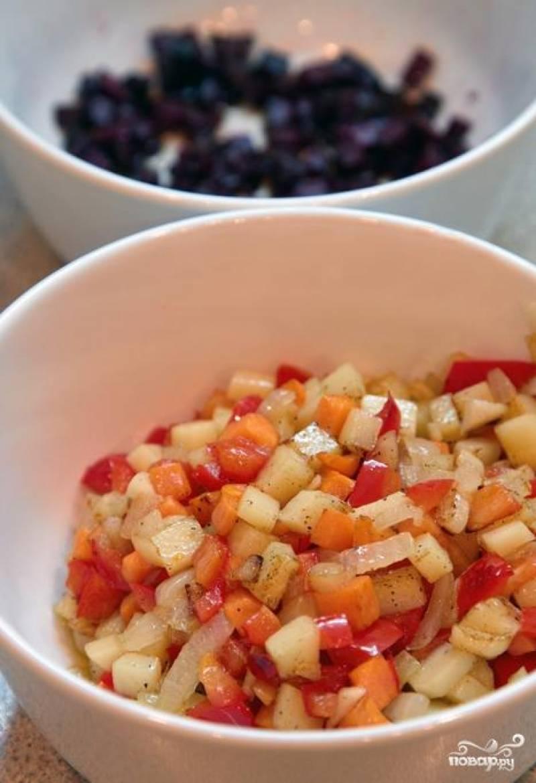 Все овощи, кроме свеклы, обжарить в сковороде на сильном огне в течение 2 минут, помешивая. Со свеклой проделываем то же самое, но отдельно - это делается для того, чтобы другие овощи не покрасились в свекольный цвет.