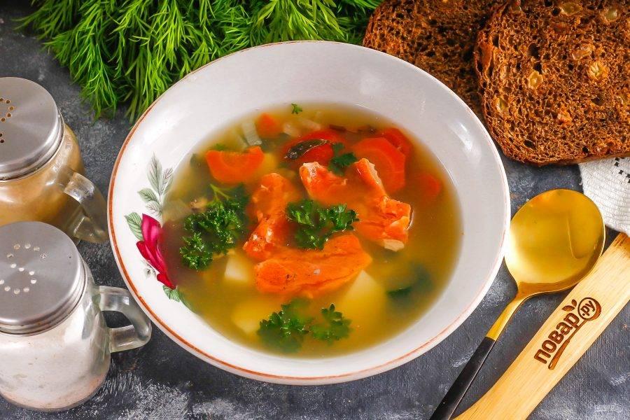 Выложите голову лосося в тарелку, добавьте остальные ингредиенты и бульон. Подайте к столу горячей вместе с хлебом.
