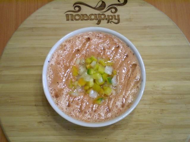 Переливаем в тарелочку, в центр кладем болгарский перец, лук и зелень. Поливаем оливковым маслом. Приятного! Суп подается холодным.